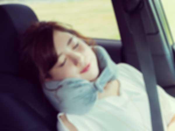 ドライブ中に熟睡する彼女