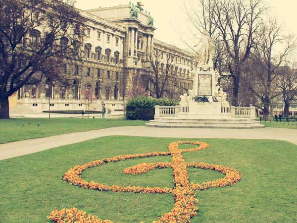 モーツァルト銅像前のト音記号の庭