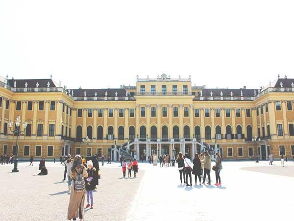 広場から見たシェーンブルン宮殿