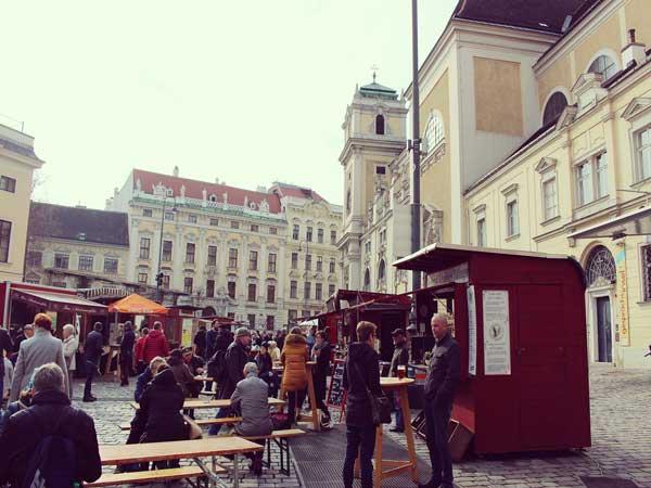 ウィーンの青空市に集まる人達