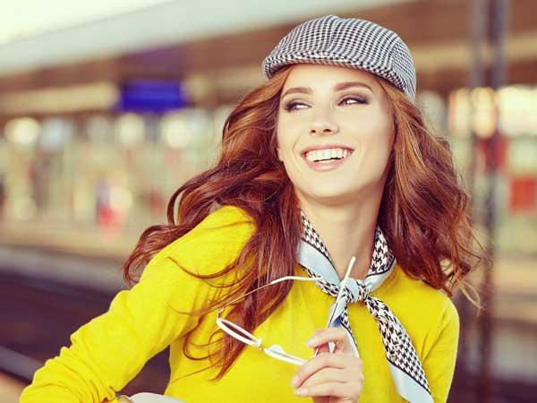 電車を待つ笑顔の女性