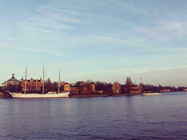 ガムラスタン周辺の港に浮かぶ船