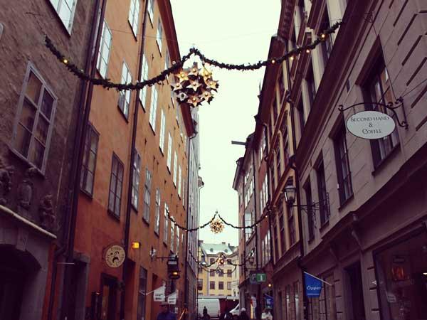 クリスマスの飾り付をした旧市街の商店街
