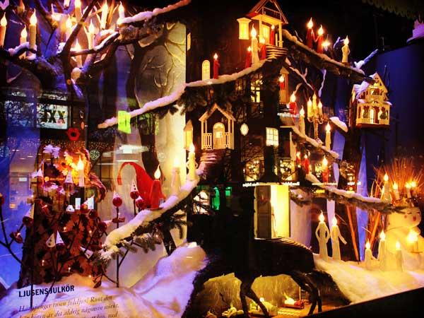 クリスマスシーズンのNKデパートのショウウインドウ
