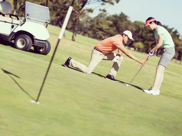 ゴルフをしているカップル