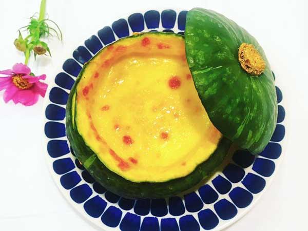 お洒落な皿に乗せた坊ちゃんかぼちゃ豆乳グラタン