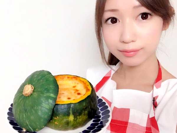 完成したカボチャグラタンを手に持つ料理研究家の伊賀るり子