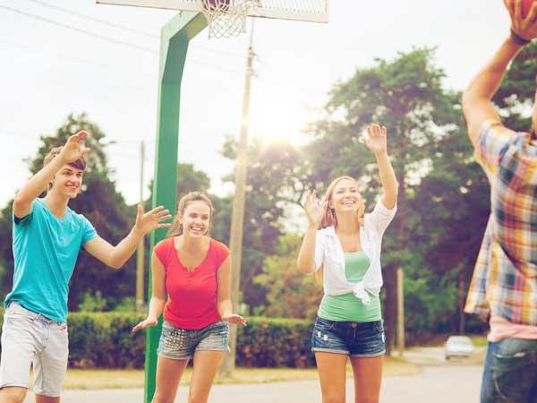 バスケットで遊んでいる人たち