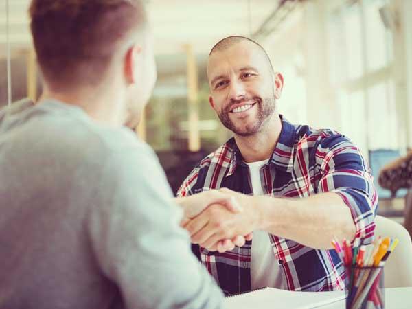 握手をしている男性達