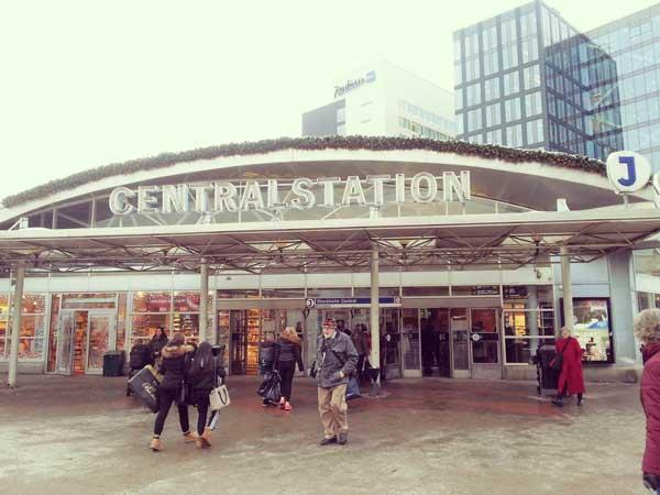 スカンセン行のバス停があるストックホルム中央駅の入り口