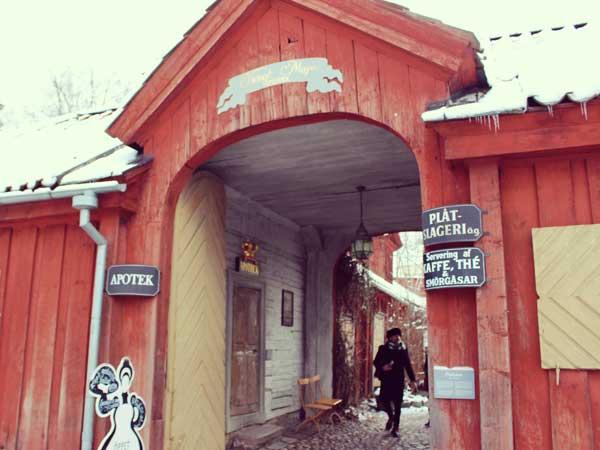 トンネルのように見えるカフェの外観