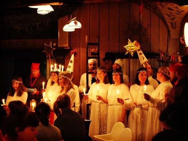 ステージに並ぶルチア祭の出演者