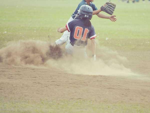 グラウンドで野球をしている学生達