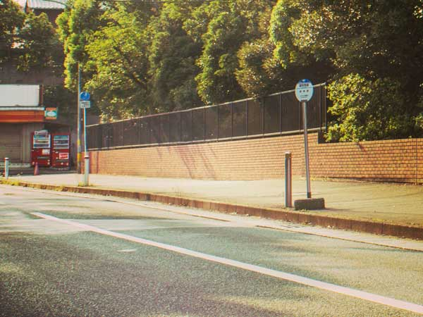 住宅地のバス停