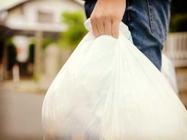 ゴミを持つ住民