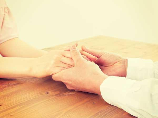 彼女の手を握る彼氏の手