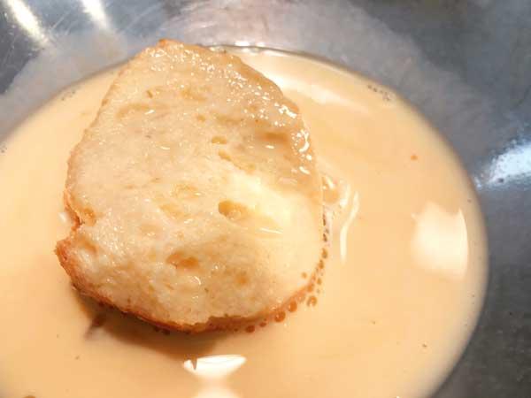 卵と豆乳を混ぜた卵液に浸したバゲット