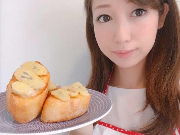 手作りココナッツバナナフレンチトーストを持つ料理研究家の伊賀るり子