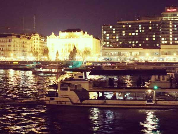夜のドナウ川をクルーズする船