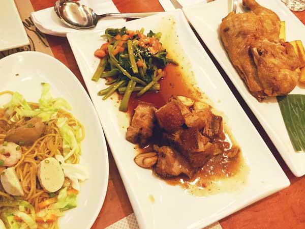 真ん中のフィリピン料理がアドボ