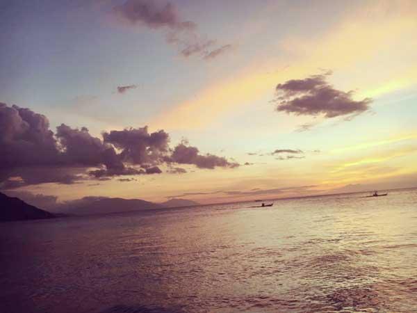 モール内の遊歩道から見たマニラ湾の美しい夕陽