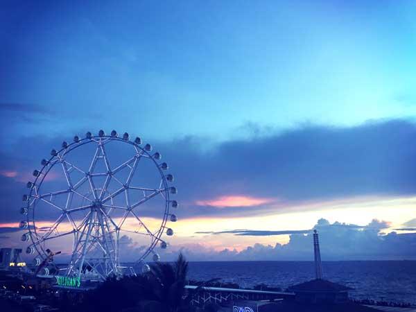 夕刻のマニラ湾とMOA内の観覧車