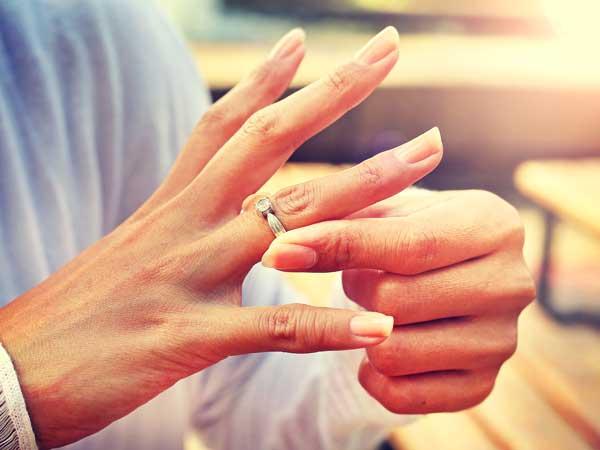結婚指輪を外す女性