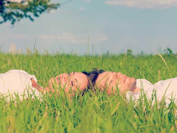 芝の上でくつろぐカップル