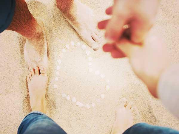ビーチでデートする男女