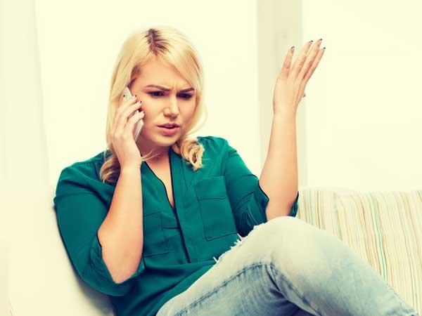 電話で彼氏に怒る彼女