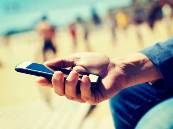 携帯を持つ男性の手