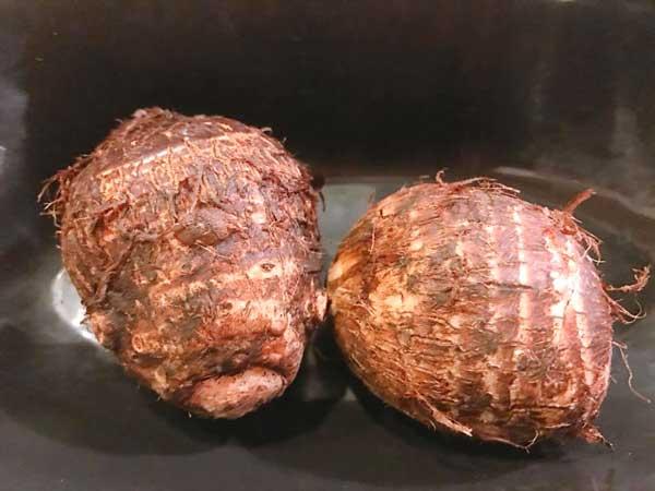 加熱する前の洗った里芋2個