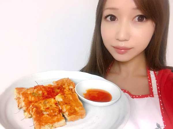 完成したニラとキムチの里芋チヂミを手に持つ料理研究家の伊賀るり子