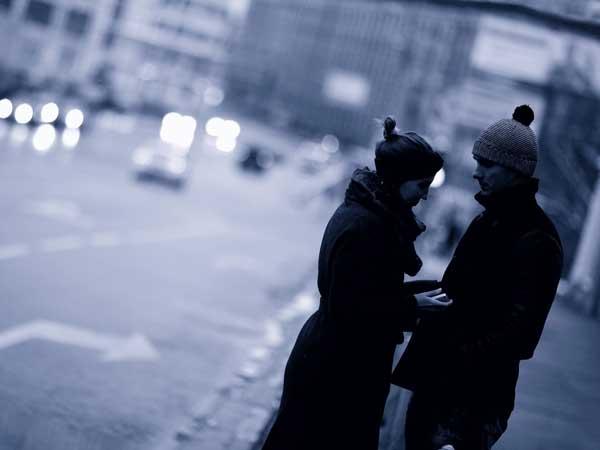 夜の道端にいるカップル