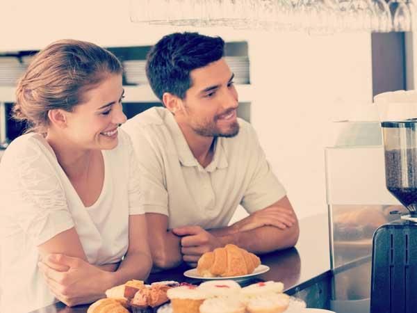 カフェのカウンターに座るカップル