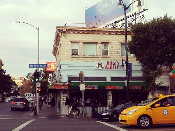 ブルーバード通りの飲食店ラスティモレットの外観