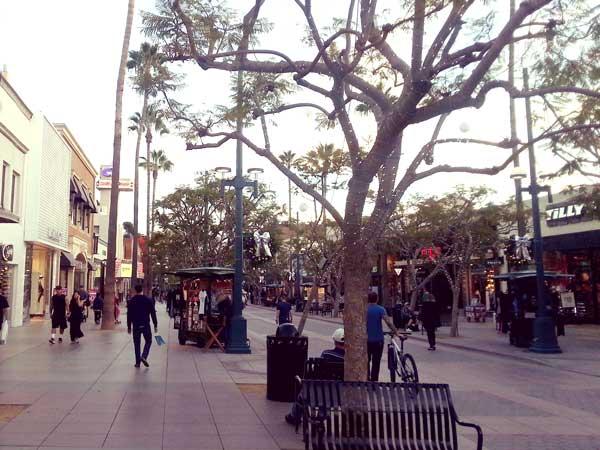 サンタモニカの街を歩く観光客