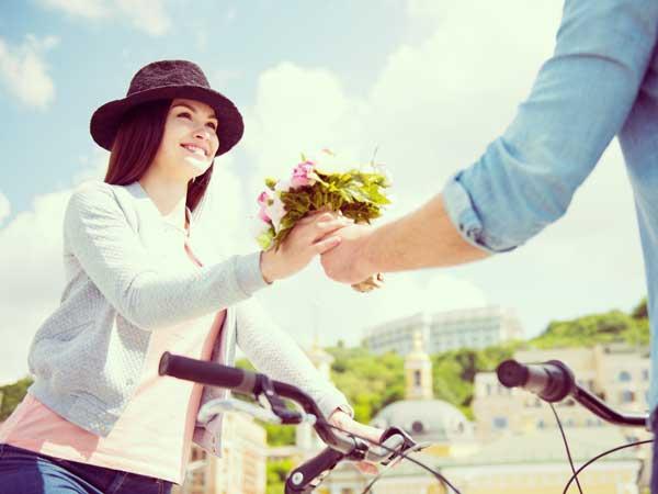 初デートで彼女に花束をあげる彼氏