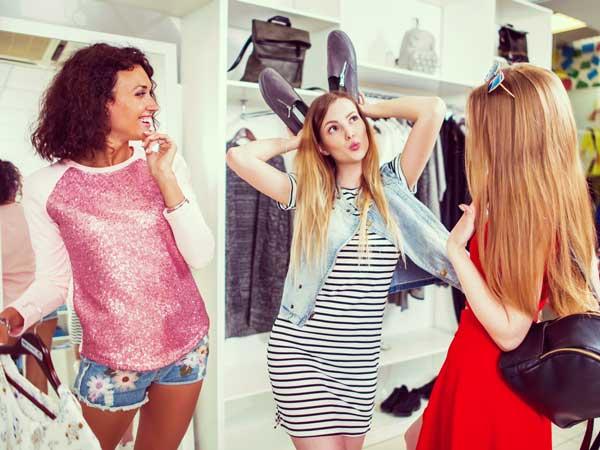 服選びする女性達