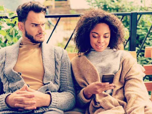 デート中に携帯ばかりいじる女性とデート相手
