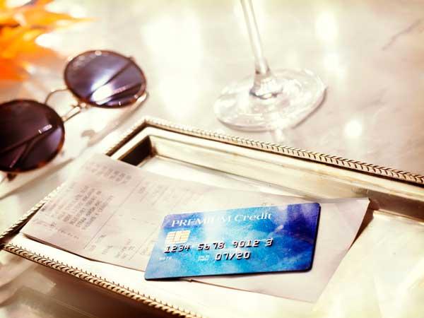 支払い用のクレジットカードとレシート