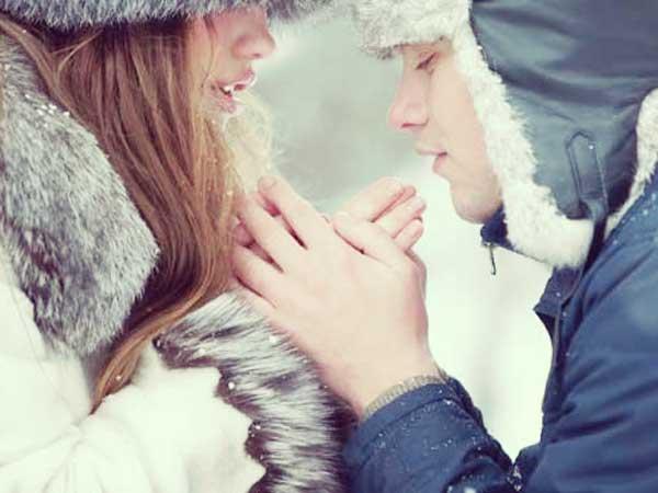 寒い冬に手を繋ぐカップル