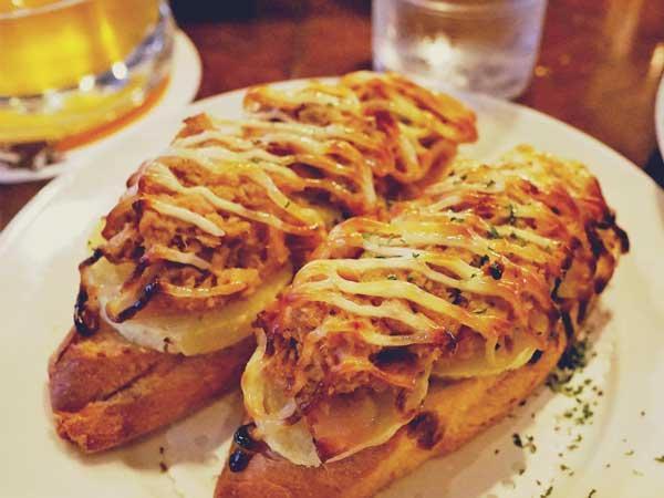 ビアホフ ガンバリウスで食べたポテトとパンのおつまみ