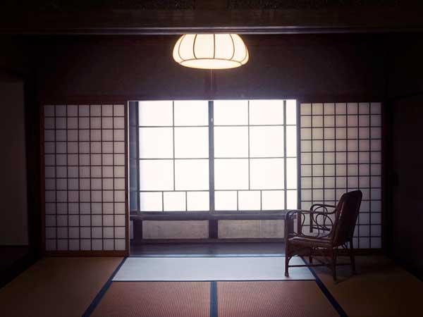 写真家の塩谷定好氏お気に入りの赤崎港に面した自宅の窓辺