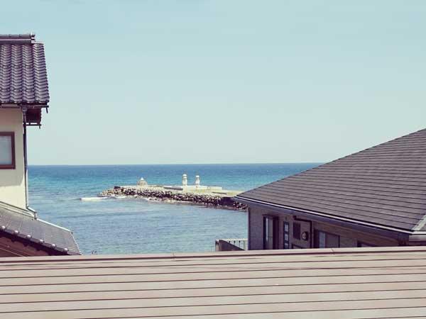 窓辺から見える赤崎港の風景
