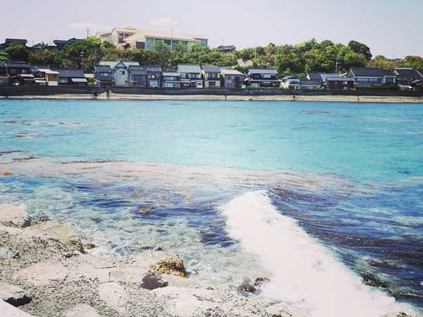 間近に見た赤崎の海辺