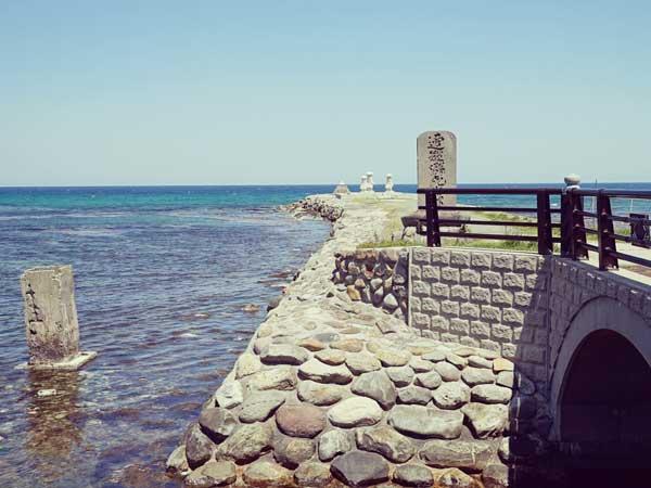遠くに見える菊港の波しぐれ三度笠