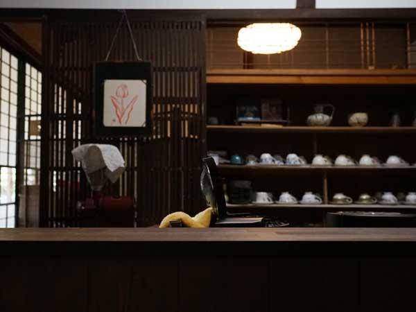 塩谷定好写真館のカフェの内観