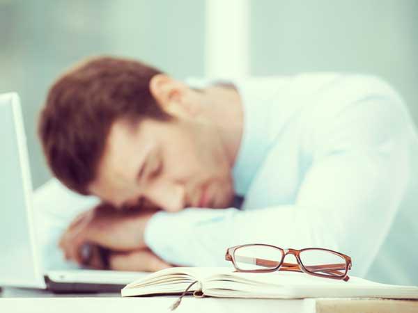 疲れて寝ている男性