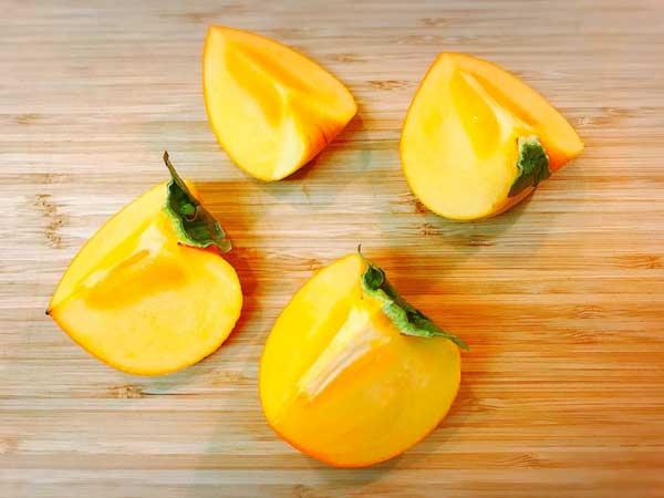 4等分に切った皮つきの柿